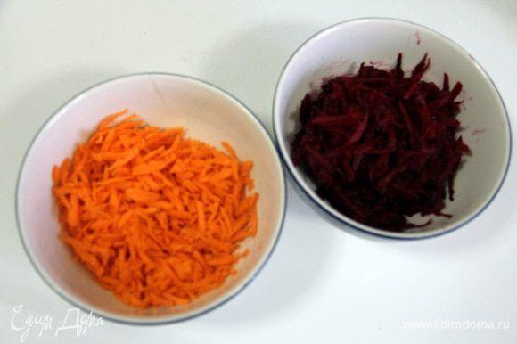 Морковь и свеклу натереть на крупной терке.