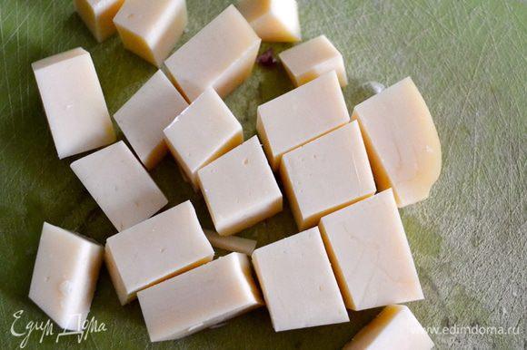 Тем временем, сыр нарезать кусочками...