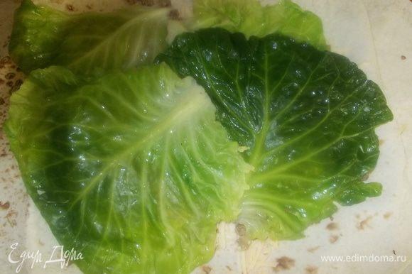 поверх мяса выложить листы капусты