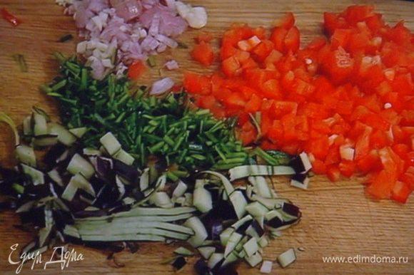 Овощи меленько нарезать. Так же покрошить розмариновые иголочки. Пассеровать шалот, 2 зубчика чеснока и кусочек чили до прозрачности.