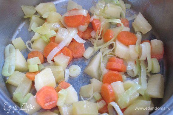 Добавить картофель и держать на слабом огне 5 минут.