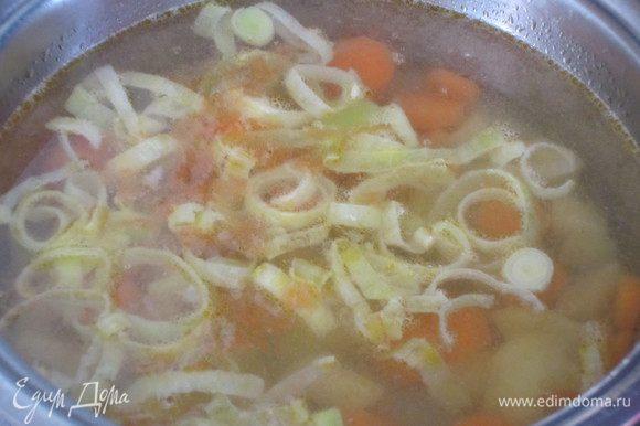 Влить бульон и варить 10 минут. Положить капусту, посолить, поперчить и варить 7-10 минут.