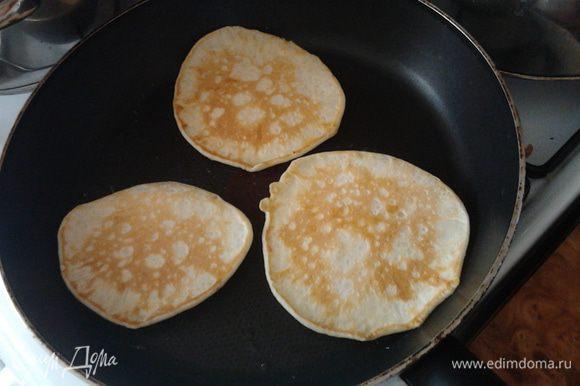 Муку,сахар,сахарную пудру с солью перемешать. Затем отдельно в другую посуду разбить одно яйцо и взбить,затем добавить масло,и молоко всё хорошенько перемешать и добавить к первой массе и перемешать вместе.Затем жарить на раскаленной сковороде