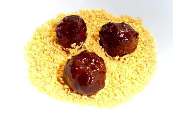 И переносим с помощью двух зубочисток шарики из шоколада в крошку...