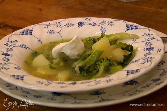 Подавать суп со сметаной.