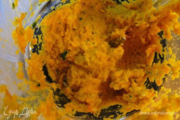 Измельчаем морковь, лук и чеснок в пюре, разбавив слегка горячей водой, солим, перчим по вкусу.