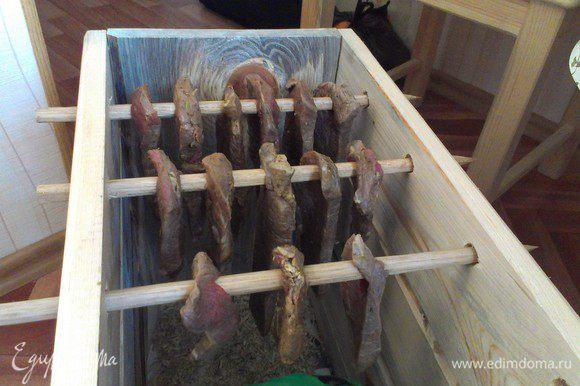 ... и вешаем его в специально подготовленный коробок для вяления. Обязательно чтобы куски мяса не касались друг друга и чтобы в коробке была лёгкая вентиляция. Я такой сколотил из сосновых досок, и настрогал палочек из дуба, на полу коробка сосновые стружки (ибо дерево даёт неповторимый вкус). Каждый определяет для себя степень готовности Билтонга сам, я например люблю посуше, поэтому я жду от 10 до 15 дней. ПРИЯТНОГО АППЕТИТА !!!