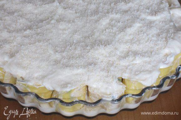 ....и сверху залить оставшемся соусом. Если Бешамель получился слишком густой, то добавьте немного молока в уголки формы. Посыпать пармезаном, накрыть фольгой и запекать в разогретой до 180 °С духовке 10 минут. Снять фольгу и запекать до золотистого цвета.