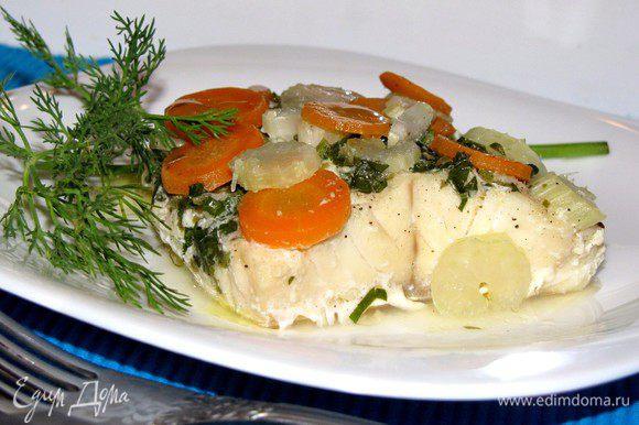 Разложите рыбу и овощи по тарелкам, сверху полейте маслом и соком, образовавшимся в конвертике. Приятного аппетита!