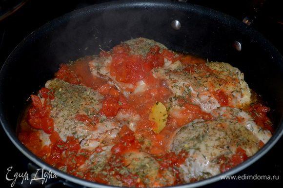 Затем уксус, кусочки курицы, томаты с жидкостью, куриный бульон, лавровый лист,петрушку и тмин. Прикрыть крышкой и готовить на сред.огне 45 мин.