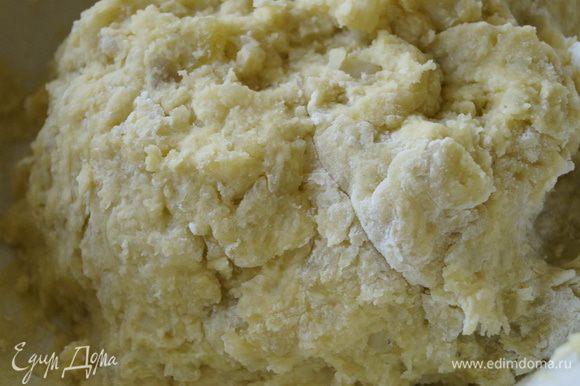 Добавить яйца, соль и муку и хорошо перемешать, получится липкое картофельное тесто