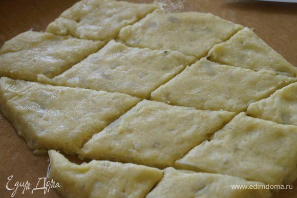 Картофельное тесто раскатать в пласт, не очень тонко и нарезать ромбами