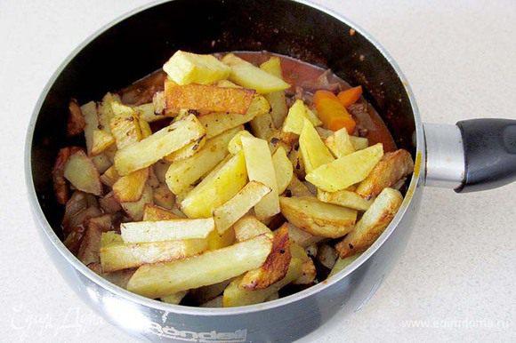 Теперь нужно соединить поджаренный картофель, измельченный чеснок с подливой. Если нет молодого чеснока, то просто измельчите 2 зубчика . Прогреть 5 минут, посыпать зеленью. Выправить на соль и сахар. Можно подавать. Приятного аппетита!