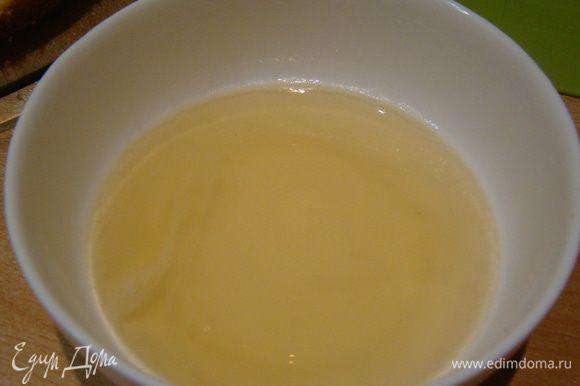 Желатин заливаем водой, ждем пока он набухнет, ставим в СВЧ секунд на 20, пока желатин не растворится (не должен закипеть);