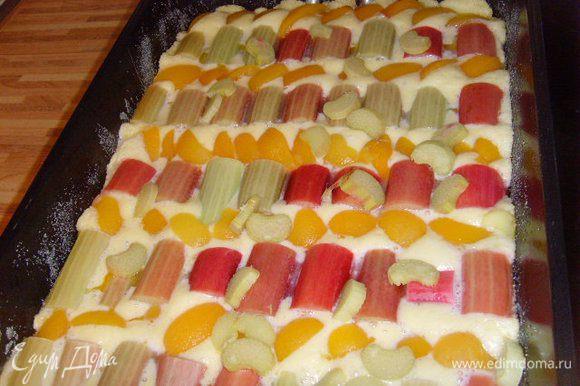 Духовку разогреть до 175°С и выпекать пирог 15 минут.