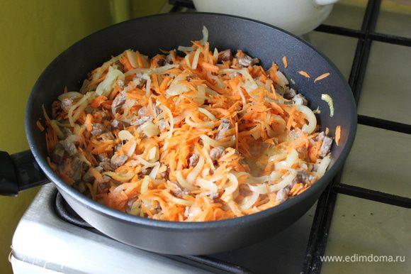 добавить морковь и обжаривать еще минут шесть. В кастрюлю вылить вскипевшую воду, добавить содержимое сковородки и промытый маш, чеснок пропущенный через чеснокодавку, перец, и варить пока оболочка маша не лопнет. главное пока не солить!