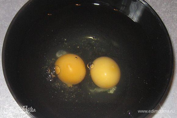 Разбить в воду яйца, перемешать.