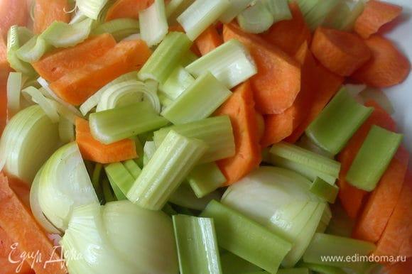 Нарезать овощи крупными кусками.