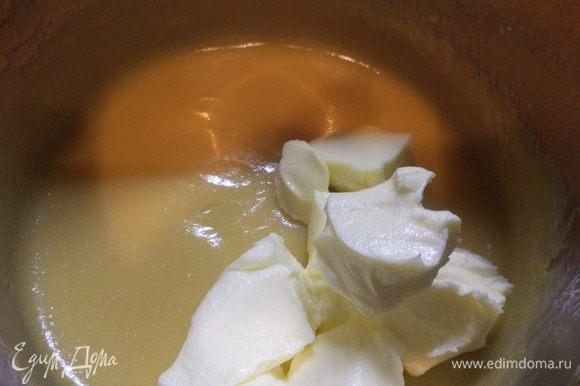 В остывший заварной крем добавить масло