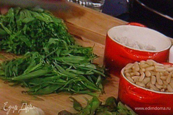 Для соуса листики тархуна снять со стеблей, мелко нарезать ( стебли сохранить). Шалот мелко нарезать. Горошки чёрного перца грубо покрошить кухонным ножом или пропульсировать в блендере. Я для этого приспособила старую, добрую кофемолку советского периода !
