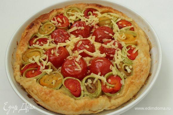 Пирог перевернуть, посыпать тертым сыром и поставить в духовку еще на 5 минут.