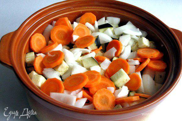 Поместить на мясо картофель, баклажаны, морковь и лук.