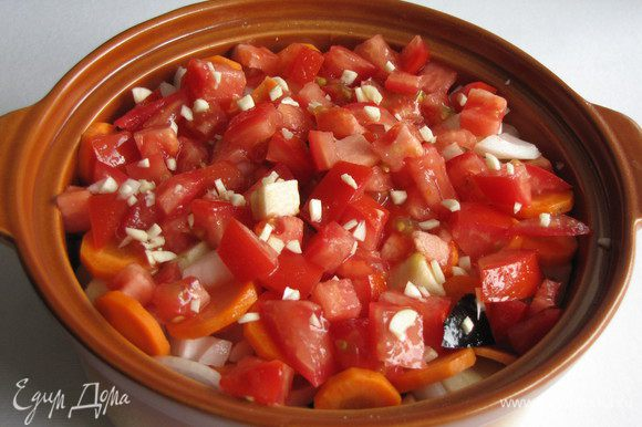 Сверху выложить половину нарезанных помидоров и половину чеснока. Посолить, влить бульон.