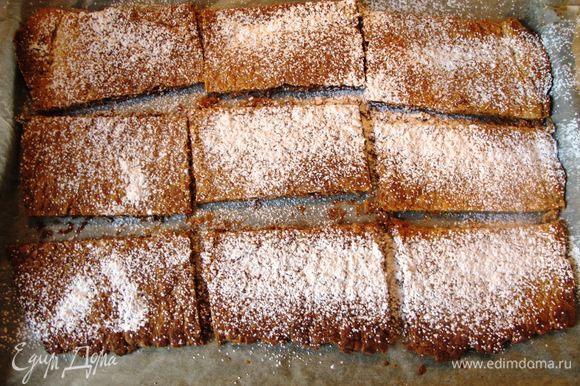 Обильно посыпаем сахарной пудрой (примерно 100 г), ставим на 5 минут в духовку, вынимаем, отставляем в сторону.
