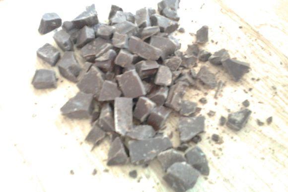 Шоколад порубить на небольшие кусочки