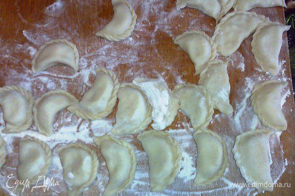 У меня осталось тесто, поэтому я отварила картофель и сделала вареники с картошкой. Вареники я не отваривала, а заморозила.