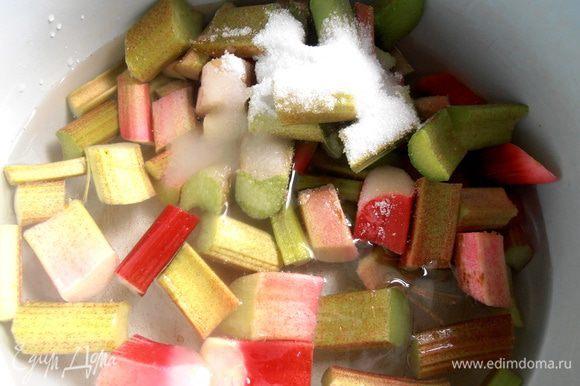 Заливаем водой из фильтра (можно пока не всю!), добавляем сахар...