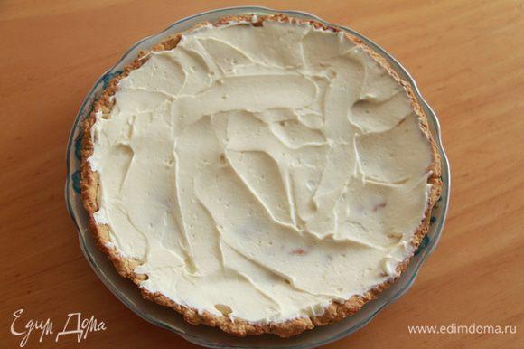 Сборка пиццы: распределить смесь сливочного сыра на охлажденный корж.
