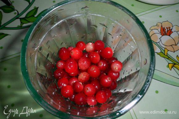 Добавить орехи, клюкву и 3 ст.л оливкового масла в кашицу и тщательно перемешать.