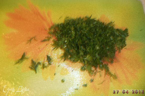 Пучок зелени мелко порезать.