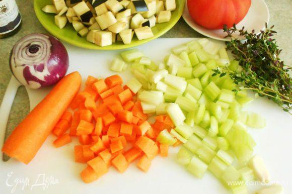 Очистить и вымыть морковь и стебли сельдерея, нарезать кубиками.