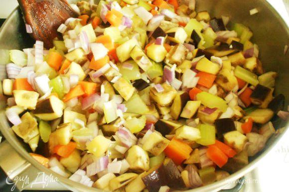 Все овощи, кроме помидоров и зёрен граната, потушить на сковороде с маслом, приправив солью, перцем и листьями тимьяна.