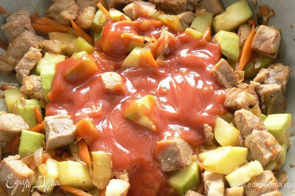 Добавляем протертые помидоры к мясу. Солим, перчим.