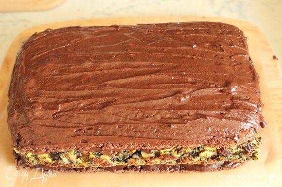 Нанести оставшийся крем на корж и посыпать шоколадной стружкой.