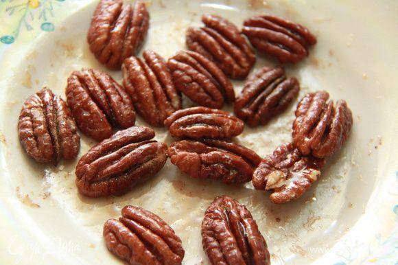 """Верх украсьте засахаренным пеканом. Для этого я обмакнула орехи в мёд и немного """"поджарила"""" их в микроволновке."""