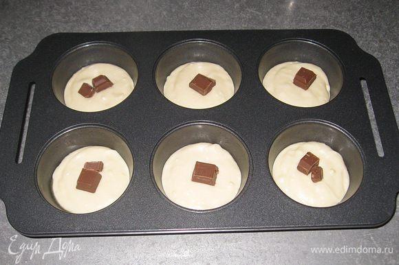 В центр выложить шоколад.