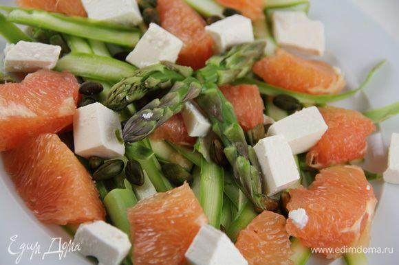 В салатнице смешиваем все ингредиенты и заправляем смесью оливкового масла с лимонным соком. Раскладываем салат по тарелкам и подаем, посыпав фисташками. Приятного аппетита))