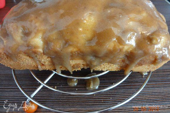 Пирог вынуть из формы, выложить на решетку, деревянной лучинкой сделать несколько проколов и нанести кисточкой пропитку, оставить остывать.