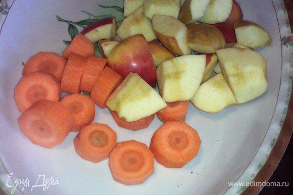 Фрукты вымыть,морковь очистить и нарезать на небольшие кусочки, с яблок удалить сердцевинки и также нарезать.