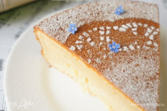 В результате получается самодостаточный бисквит, который смело можно назвать тортом, даже за неимением крема, так как структура у него получается не сухая и достаточно плотная и по особенному ароматно-опьяняющая)))