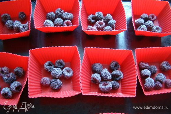В формочки выкладываем по 5-7 ягод, заливаем тестом на 2/3