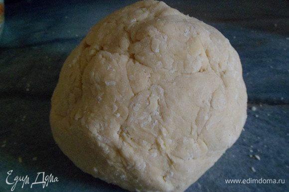 Все хорошо перемешать и добавить к муке с маслом замесить мягкое тесто, если понадобится еще мука, то подмесить.