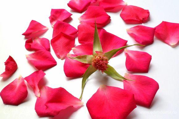 Для начала сделаем розовые чипсы из садовых роз. От роз отделяем аккуратно лепестки