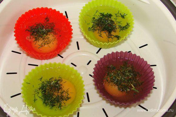 """Посыпать каждое яйцо рубленой зеленью и посолить. Поставить в пароварку до готовности или в мультиварку в чашу для приготовления на пару на режим """"Приготовление на пару"""" на 15 мин."""