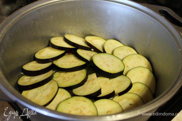 Выкладываем следующий слой, Баклажаны режем кружочками, морковь брусочками и немного присаливаем.