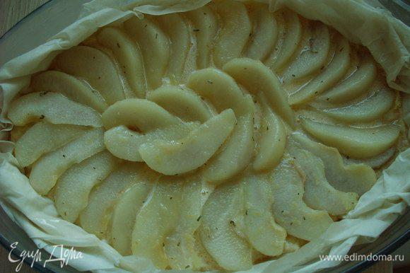 На тесто выкладываем миндальный крем, а сверху кладем груши. Духовку разогреваем на 180С. Ставим пирог на 25-30 минут.